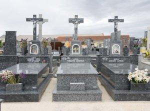Conjunto de fosas con altar y cruz con cristo