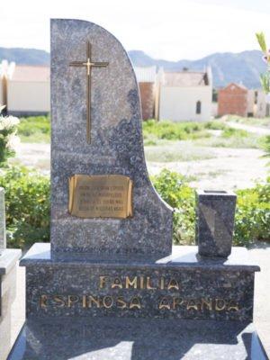 Lápida con letras y cruz en bronce