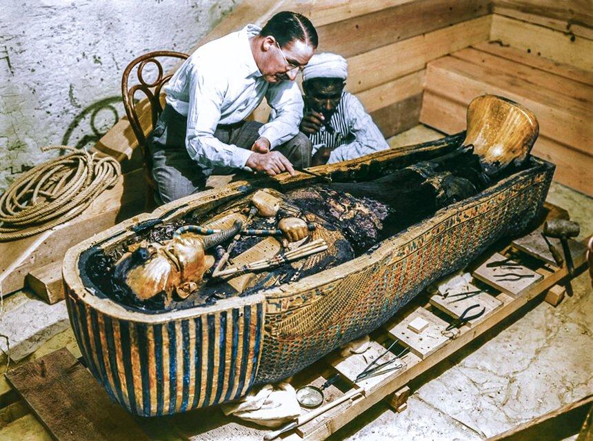 Howard Carter inspeccionando la momia de Tutankamon en el año 1922