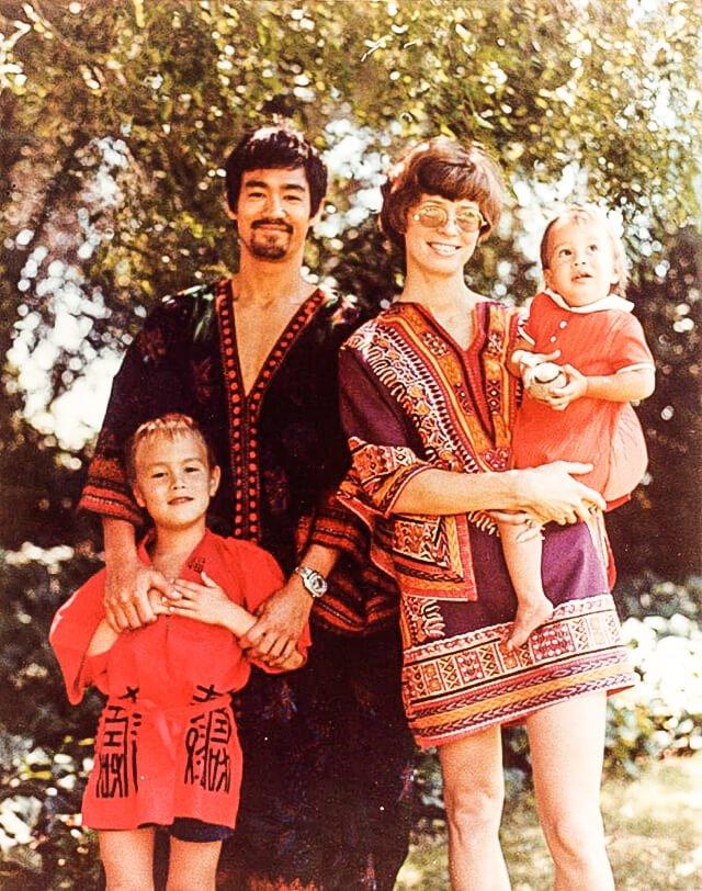 Bruce Lee junto a su esposa e hijos