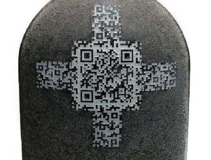 Lápida con un mensaje encriptado en un código QR