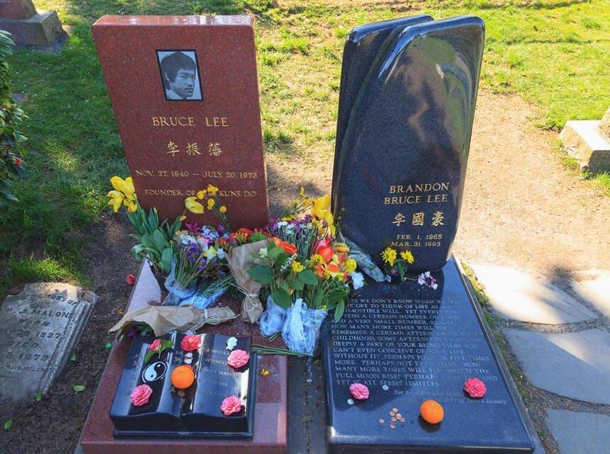 Tumba de Bruce Lee junto a la de su hijo Brandon