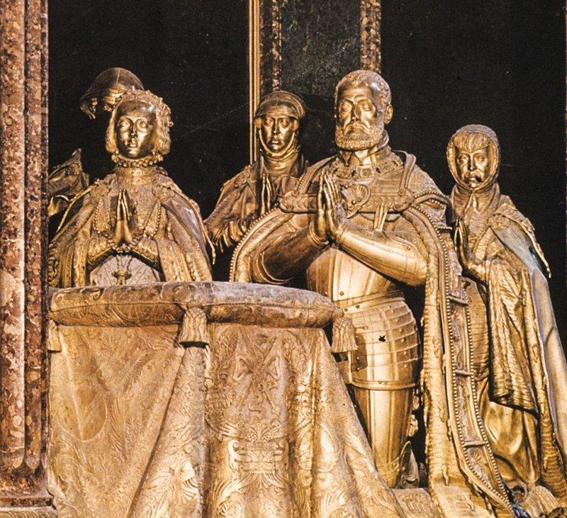 Estatuas de Bronce en la tumba de Carlos V