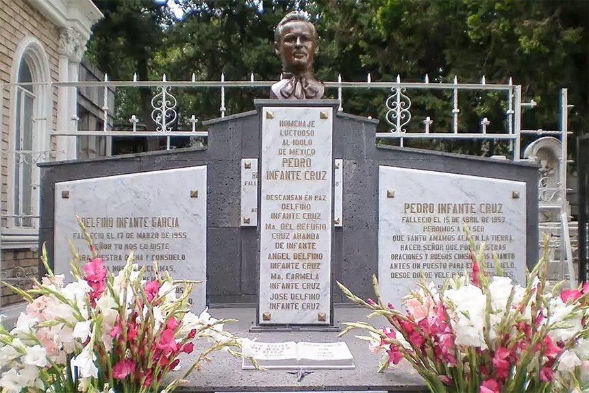 Tumba donde se encuentran los restos de Pedro Infante