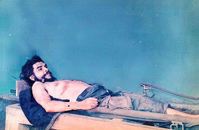Imagen del cadaver del Che Guevara en Vallegrande - Wikipedia