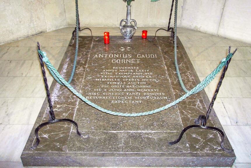 Foto de la tumba donde esta enterrado antonio gaudi