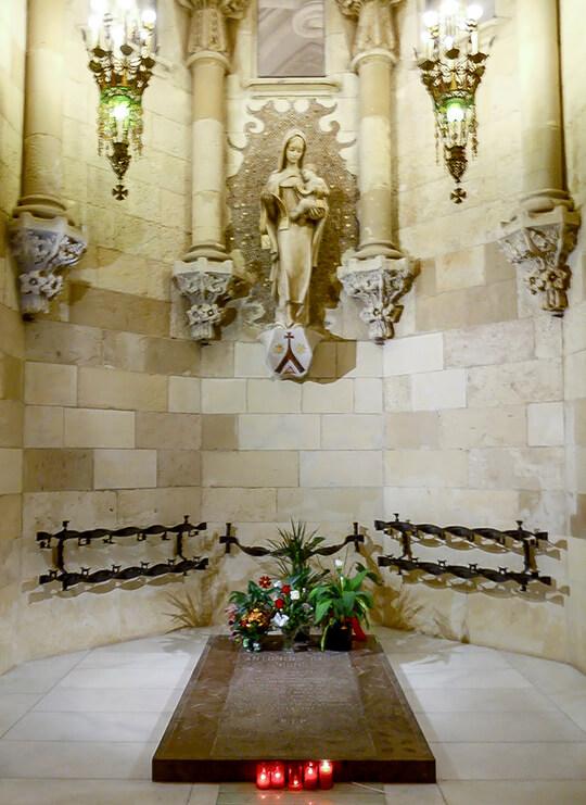 Lápida de Antonio Gaudí en la Sagrada Familia