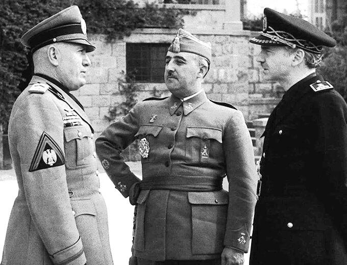Fotografía de Ramón Serrano Suñer (1901-2003), el General Francisco Franco (1892-1975) y Benito Mussolini (1883-1945)